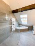 Refernzbild Badezimmer mit Dachschrägen Blick auf Badewanne